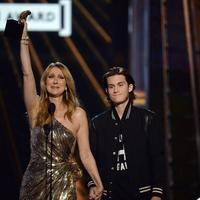 Celine Dion dan sang putra, René Charles di panggung Billboard Music Awards. (AFP/Bintang.com)
