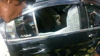 Kondisi kaca mobil yang pecah akibat tembakan polisi (Liputan6.com/Nefri Inge)