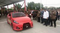 Presiden Jokowi saat mencoba Mobil Listrik Ezzy II. (Liputan6.com/Dian Kurniawan)