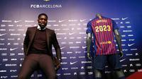 Bek asal Prancis, Samuel Umtiti menghadiri pengumuman perpanjangan kontraknya di stadion Camp Nou, Senin (4/6). Umtiti mendapatkan kontrak baru berdurasi lima tahun, yang akan mengikatnya di Camp Nou hingga 2023. (AP/Manu Fernandez)