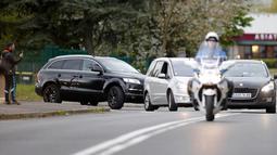 Konvoi polisi yang diyakini membawa tersangka utama teror Paris pada November lalu, Salah Abdeslam tiba di penjara Fleury-Merogis, Prancis, Rabu (27/4). Abdeslam diekstradisi dari Belgia ke Prancis untuk menghadiri sidang. (REUTERS/Charles Platiau)