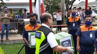 Komunitas Bandara Soekarno-Hatta (Kombata) bagikan 500 lebih paket sembako kepada pekerja di area Bandara Internasional Soekarno Hatta.