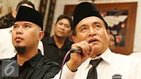 Balon Gubernur DKI Jakarta Ketua Umum PBB Yusril Ihza Mahendra (kanan) memberikan keterangan saat menggelar pertemuan politik di Jakarta, Jumat (4/3). Keduanya akan saling mendukung di Pilgub 2017 mendatang. (Lipitan6.com/Immanuel Antonius)