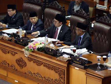 Pimpinan Sidang Fadli Zon (tengah) mengetuk palu tanda di sahkannya PP Pengganti Undang-Undang Nomor 2 Tahun 2017 tentang Perppu Ormas saat sidang paripurna ke-9 di gedung Parlemen, Senayan, Jakarta, Selasa (24/10). (Liputan6.com/Johan Tallo)