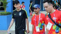 Pemain Timnas Korea Selatan U-23, Son Heung-min, mendapat penjagaan ketat saat latihan di Stadion SPOrT Jabar, Jalan Arcamanik, Kota Bandung, Selasa (14/8/2018). (Bola.com/Muhammad Ginanjar)