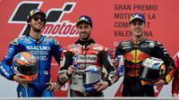 Pebalap Ducati, Andrea Dovizioso (tengah), pebalap Suzuki, Alex Rins dan pebalap Red Bull, Pol Espargaro merayakan kemenangan di podium usai balapan MotoGP Grand Prix Valencia di arena balap Ricardo Tormo, Cheste, Minggu (18/11). (Jose Jordan/AFP)