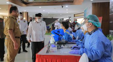 Wakil Presiden Ma'ruf Amin memantau vaksinasi di Kota Tangerang. Liputan6.com/Pramita Tristiawati)