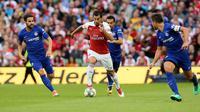 Gelandang Arsenal Henrikh Mkhitaryan menggiring bola dari kejaran tiga pemain Chelsea saat bertanding pada  International Champions Cup (ICC) di Stadion Aviva di Dublin (1/8). Arsenal menang atas Chelsea lewat adu penalti 6-5. (AFP Photo/Paul Faith)