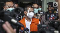 Wali Kota Cimahi Ajay Muhammad Priatna meninggalkan Gedung KPK Jakarta, Sabtu (28/11/2020). Ajay Priatna diduga menerima suap sebesar Rp 1,661 miliar dari total kesepakatan Rp 3,2 miliar. (Liputan6.com/Johan Tallo)