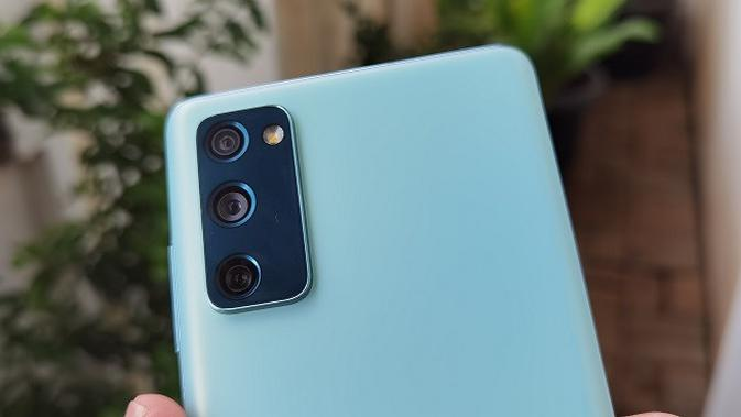 Tampak kamera belakang Samsung Galaxy S20 FE (Liputan6.com/Agustinus M. Damar)