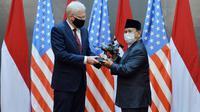 Menteri Pertahanan (Menhan) Prabowo Subianto menerima kunjungan Plt Menhan Amerika Serikat Christopher Miller. (Dok Kemhan)