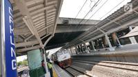 """Kereta berhenti tiket saat """"Uji Coba Pelayanan Pengguna Jasa KRL"""" di Lantai Dua Stasiun Cakung, Jakarta, Selasa (9/10). BTPWJB Kemenhub telah merampungkan modernisasi Stasiun Cakung. (Liputan6.com/Herman Zakharia)"""