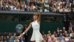 Petenis Spanyol, Garbine Muguruza, melakukan servis saat melawan Venus Williams pada laga final Wimbledon di All England Lawn Tennis Club, Inggris, Sabtu (15/7/2017). Muguruza menang 7-5 dan 6-0 atas Williams. (AFP/Facundo Arrizabalaga)