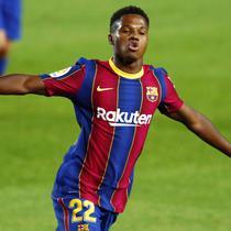 5. Ansu Fati (Barcelona) - Pemain muda ini sempat membuat heboh jagat sepak bola saat berhasil debut berseragam Barcelona pada usia 16 tahun. Wonderkid ini memiliki harga mencapai 80 juta euro atau setara dengan Rp1,3 triliun. (AP/Joan Monfort)