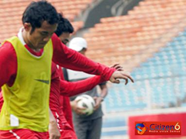 Citizen6, Jakarta: Dalam latihan terakhir menjelang pertandingan, semua pemain Timnas Indonesia berlatih dengan keras. Pemain tengah Timnas Indonesia, M Ilham, dipastikan membela Indonesia di Leg dua. (Pengirim: Sunyoto)