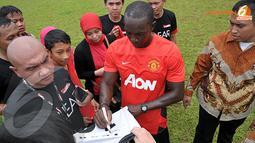 Dwight Yorke pun dengan sabar meladeni para fans MU yang meminta tanda tangan usai Training Camp Ayo Indonesia Bisa di Lapangan C Senayan Jakarta (Liputan6.com/Helmi Fithriansyah)