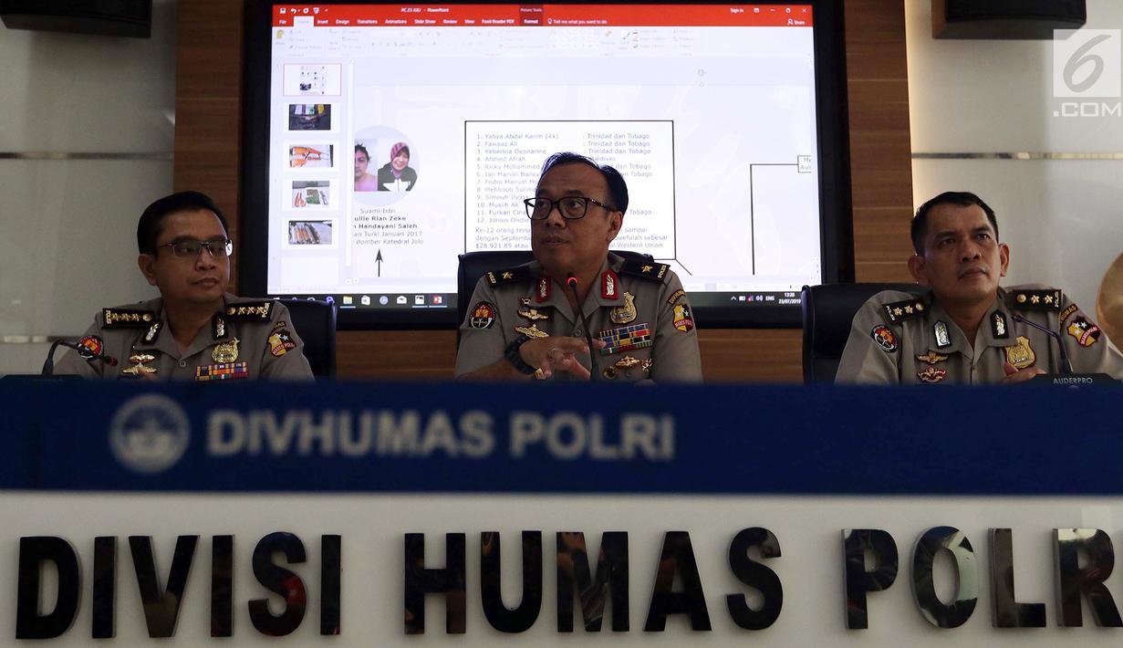 Kadiv Humas Mabes Polri Brigjen Dedi Prasetyo memberi keterangan terkait kelompok terorisme ISIS di Sumatera Barat, Mabes Polri, Jakarta, Selasa (23/7/2019). Densus 88 Antiteror menangkap terduga teroris N (39) di Padang pada 18 Juli 2019. (Liputan6.com/JohanTallo)