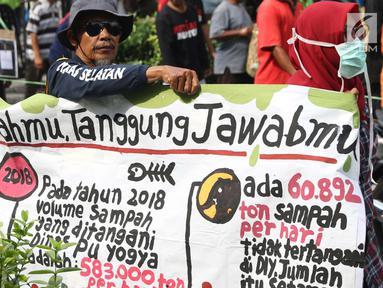 Kelompok pengemudi becak motor bersama aktivis melakukan aksi berjalan kaki menuju titik Nol kilometer Yogyakarta, Senin (22/4). Aksi memperingati Hari Bumi ini diisi dengan ajakan kepada masyakarat untuk mengurangi sampah dan penggunaan plastik. (Liputan6.com/Helmi Fithriansyah)