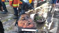 Kebakaran rumah kos di Surabaya menewakan 8 orang. Foto: (Dian Kurniawan/Liputan6.com)