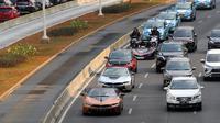Mobil BMW i8 Roadster, i8 Coupe dan BMW i3s mengawal konvoi mobil listrik jelang jadwal pelaksanaan balap mobil listrik atau Formula E 2020 di kawasan Sudirman, Jakarta, Jumat (20/9/2019). Konvoi kendaraan listrik berlangsung dari GBK menuju Monas. (Liputan6.com/Fery Pradolo)