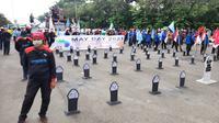Peringatan Hari Buruh atau May Day di sekitar Patung Kuda Jakarta, Sabtu (1/5/2021). (Liputan6.com/Ady Anugrahadi)