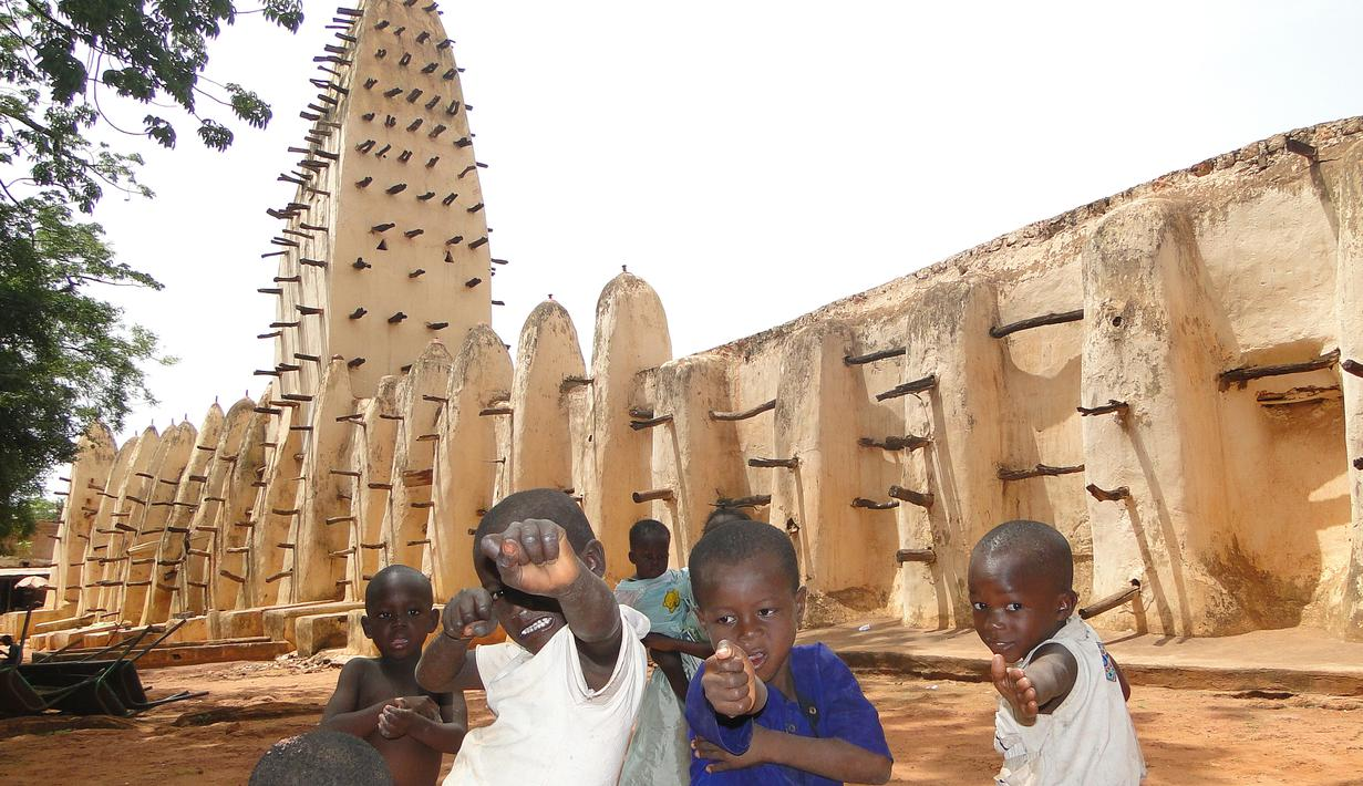 Masjid Bobo Dioulasso terletak di Republik Burkina Faso, Afrika. Masjid ini diperkirakan dibangun pada 1880 dengan gaya Sahel lengkap dengan dua menaranya masing-masing di sisi mihrab dan pintu masuk utama. (en.wikipedia.org)
