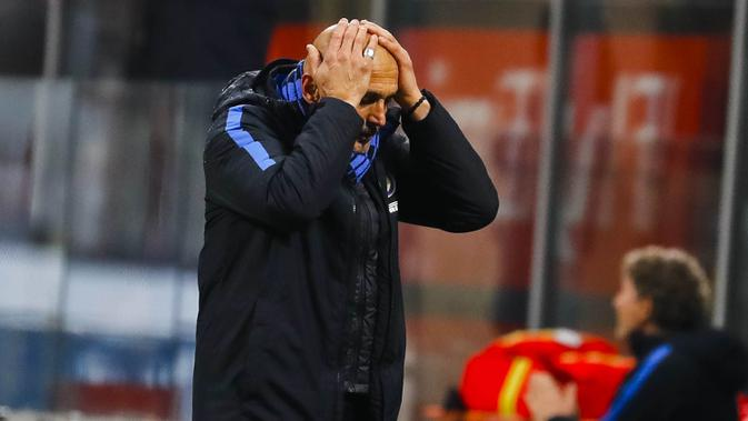 Pelatih Inter Milan, Luciano Spalletti, tampak kecewa usai ditaklukkan AC Milan pada laga perempat final Coppa Italia di Stadion San Siro, Rabu (27/12/2017). AC Milan menang 1-0 atas Inter Milan. (AP/Antonio Calanni)