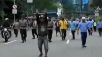 Demo sopir taksi di depan Gedung DPR, Senayan, berimbas bentrok. Sementara itu, demo tolak angkutan online yang berakhir anarkistis.