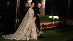 Aktris Bollywood Priyanka Chopra dan musisi AS Nick Jonas berjalan saat resepsi pernikahan mereka di New Delhi, India, Selasa (4/12). Keduanya resmi menikah pada 1 Desember 2018. (AP Photo/Altaf Qadri)