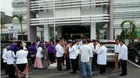 Dokter di RSUD Arifin Achmad Pekanbaru mengancam akan mogok kerja terkait ditahannya tiga dokter spesialis bedah oleh Kejaksaan Negeri Pekanbaru dengan dugaan korupsi pengadaan alat kesehatan (alkes). (Liputan6.com/M Syukur)
