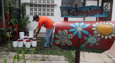 Perajin mengeringkan sampah kaleng bekas untuk dilukis di Tanah Baru Depok, Jawa Barat, Rabu (13/2). Lukisan dengan media kaleng bekas tersebut selain hobi dan bisnis juga ikut menjaga kelestarian alam. (Liputan6.com/Herman Zakharia)