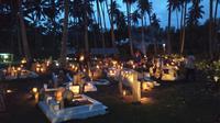 """Tradisi menyalakan lilin di makam itu  disebut warga Mamuju """"Pantunui Ku'bur"""" yang memiliki arti menerangi kuburan (Abdul Rajab Umar/Liputan6.com)"""