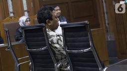 Terdakwa dugaan suap jual-beli jabatan di lingkungan Kemenag, M Romahurmuziy saat menjalani sidang pembacaan putusan sela di Pengadilan Tipikor, Jakarta, Senin (9/10/2019). Majelis hakim menolak eksepsi terdakwa dan sidang akan dilanjutkan dengan pemeriksaan saksi. (Liputan6.com/Helmi Fithriansyah)