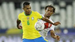 Pada laga kali ini Brasil menguasai jalannya pertandingan dengan 55 persen penguasaan bola. Brasil melakukan 16 percobaan dimana setengahnnya mengarah ke gawang Peru. (AP/Bruna Prado)