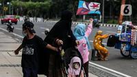 Warga beraktivitas di luar rumah saat PPKM level 3 di kawasan Monas, Jakarta, Sabtu (21/8/2021). Wagub DKI Jakarta Ahmad Riza Patria mengungkapkan, Jakarta sudah keluar dari zona merah setelah satu setengah bulan angka COVID-19 tinggi.  (Liputan6.com/Johan Tallo)