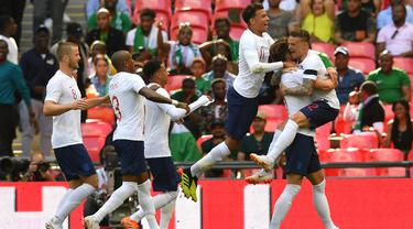 Para pemain Inggris merayakan gol yang dicetak Gary Cahill ke gawang Nigeria pada laga persahabatan di Stadion Wembley, London, Sabtu (2/6/2018). Inggris menang 2-1 atas Nigeria. (AFP/Ben Stansall)