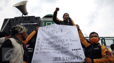 Ratusan massa dari pengemudi online roda dua dan roda empat melakukan unjuk rasa di depan Gedung MPR/DPR, Jakarta, Senin (27/2). Unjuk rasa tersebut memprotes kebijakan-kebijakan yang merugikan mereka. (Liputan6.com/Johan Tallo)