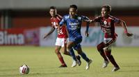 Pemain Bali United, Fadil (kanan), berebut bola dengan pemain Persib Bandung, Beckham Putra Nugraha, dalam pertandingan Babak Penyisihan Piala Menpora 2021 di Stadion Maguwoharjo, Sleman. Rabu (24/3/2021). (Bola.com/Arief Bagus)
