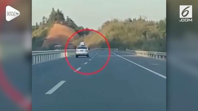 Beredar rekaman video yang menunjukkan detik-detik seorang anak laki-laki tewas diatas sunroof mobil.