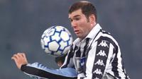 5. Zinedine Zidane - Salah satu dari pesepak bola terbaik sepanjang sejarah ini mulai bersinar saat membela Juventus. Tahun 2001 dirinya memecahkan rekor menjadi pemain termahal dunia saat memutuskan hijrah ke Real Madrid dengan mahar 78 juta euro. (AFP/Gabriel Bouys)