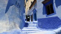 Seorang wanita berjalan di sepanjang gang kecil, Kota Chefchaouen, Maroko, Minggu (1/5). Keindahan kota Chefchaouen bahkan mengalahkan keindahan kota penuh cinta, Paris. (FADEL SENNA / AFP)