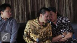 Kuasa Hukum Harry Ponto berbincang dengan Dealer Council Chairman Andee Y.Yoestong saat konferensi pers di Jakarta, (27/6). Tuntutan ini terkait keputusan FMI yang secara sepihak menutup seluruh operasi Ford di Indonesia. (Liputan6.com/Herman Zakharia)