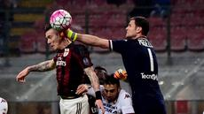 Gelandang AC Milan, Juraj Kucka (kiri) berebut bola dengan kiper Torino, Daniele Padelli, dalam laga Serie A Italia di Stadion San Siro, Milan, (27/2/2016). (AFP/Giuseppe Cacace)
