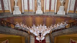Aksi penari balet Shanghai saat tampil menunjukkan koreografi di atas tangga di museum Bode di Berlin (29/11). Penayangan perdana Penari Balet Shanghai di Jerman tersebut akan berlangsung pada 1 Desember 2018. (AFP Photo/dpa/Britta Pedersen /Germany Out)