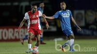 Duel Titus Bonai pemain PSM Makassar dengan Hariono asal Persib Bandung dalam lanjutan turnamen Piala Presiden 2017 di Stadion Si Jalak Harupat, Soreang Jawa Barat, Senin (6/2/2017). (Bola.com/Peksi Cahyo)