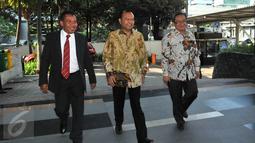 Mantan Sekjen Partai Nasdem, Patrice Rio Capella (tengah) saat akan memasuki Gedung KPK, Jakarta, Jumat (16/10). Rio menjalani pemeriksaan sebagai saksi kasus dugaan suap penanganan perkara Bansos Provinsi Sumut. (Liputan6.com/Helmi Afandi)