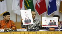 Komisioner KPU Hasyim Asy'ari (tengah) menunjukkan desain pasangan capres nomor urut 02 saat rapat di Gedung KPU, Jakarta, Senin (29/10). Rapat dihadiri perwakilan partai politik peserta Pemilu 2019. (Liputan6.com/Angga Yuniar)