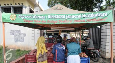 Warga berdatangan untuk membeli bawang merah, Jakarta, Rabu (10/8). Kementerian Pertanian menggelar pasar murah hasil tani di kawasan Pasar Minggu, Jakarta Selatan. (Liputan6.com/Yoppy Renato)