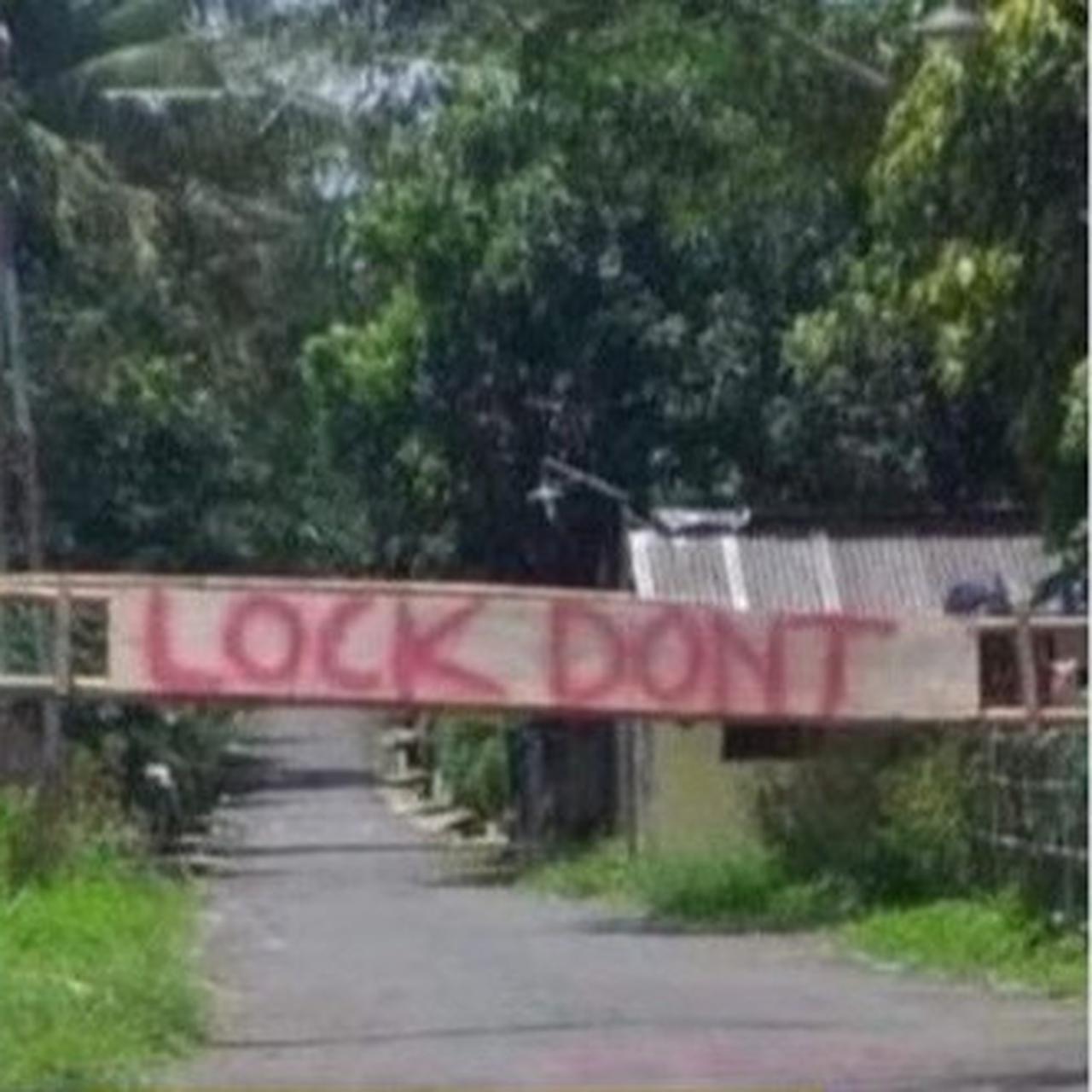 Tulisan nyeleneh di portal lockdown (Sumber: Twitter/memefess)