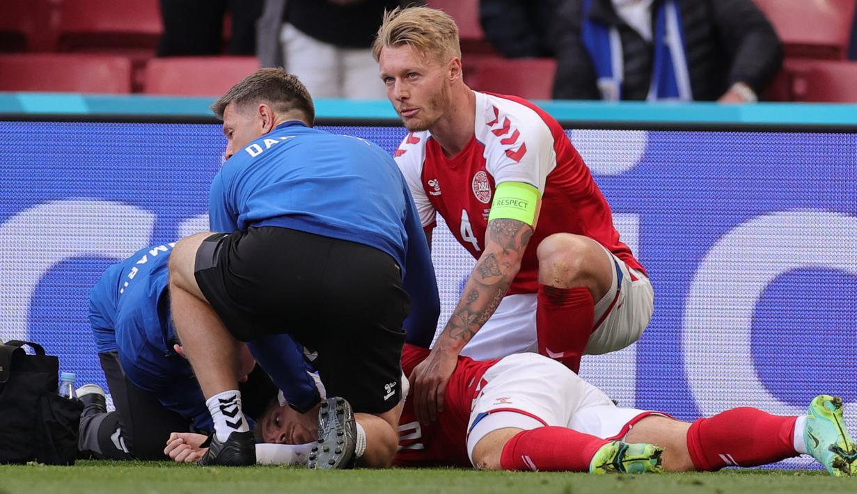 Simon Kjaer adalah orang paling berjasa pada momen ini. Kapten Denmark ini langsung memberikan pertolongan pertama dengan cara memastikan lidah Eriksen tidak menggangu pernafasannya. Selain itu ia juga menenangkan istri Eriksen yang sangat cemas di pinggir lapangan. (Foto: AFP/Pool/Friedemann Vogel)
